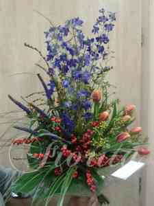 kvetinarstvi-praha-panska-kytice-tulipany-veronica-delphinium-ostrozka-ilex-cesmina