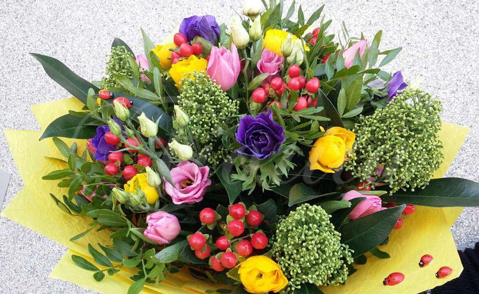 kvetiny-praha-jarni-kytice-sasanky-pryskyrnik-trezalka-eustoma-tulipan-skimie