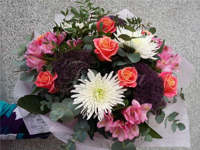 kvetinarstvi-praha-kytice-ples-cvut-ruze-trachelium-alstroemerie-chryzantemy