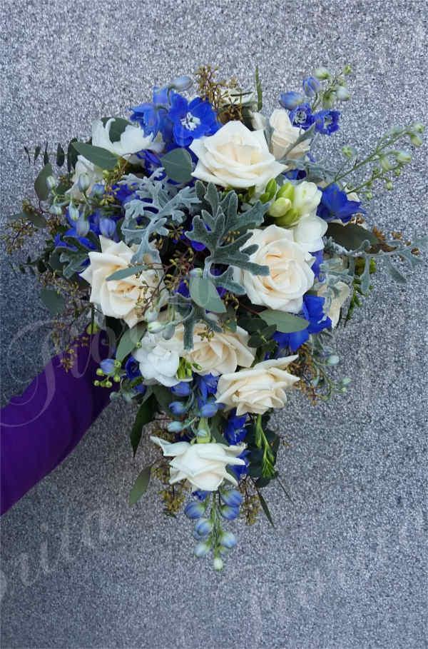 Svislá modrá kytka nevěsty