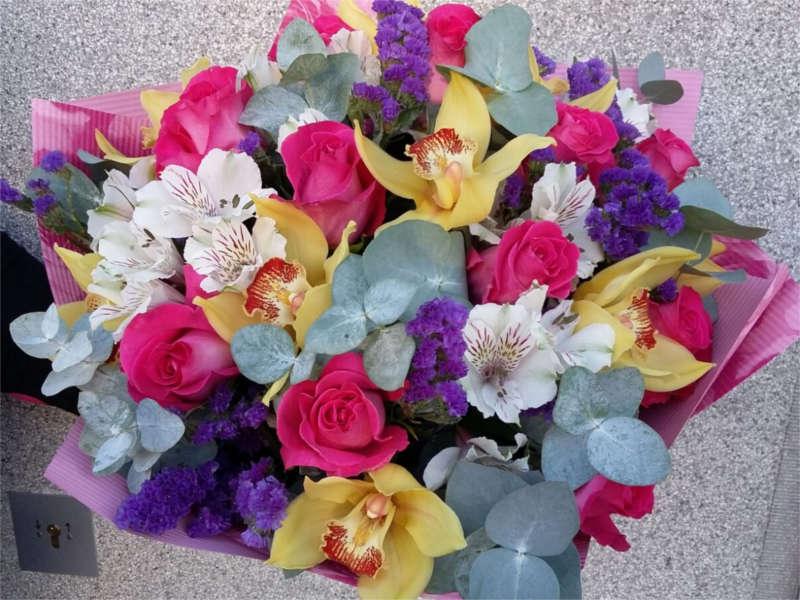 kytice s orchidejemi a růžemi