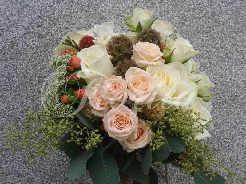 svatebni-kytice-nevesty-ruze-eustomy-scabiosa-trezalka-2