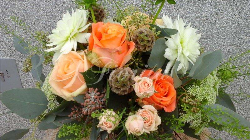 svatba-v-praze-kytice-nevesty-ruze-jiriny-karafiaty-hlavace-zvoneckovce-4