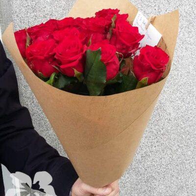 15 длинных красных роз