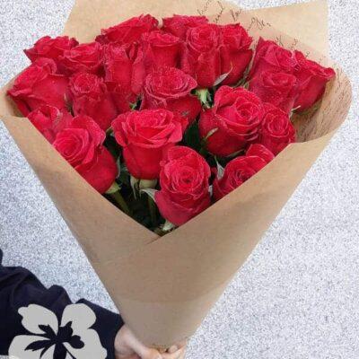 21 длинная красная роза