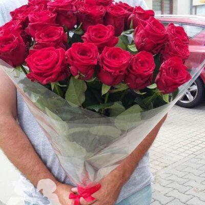 25 длинных красных роз