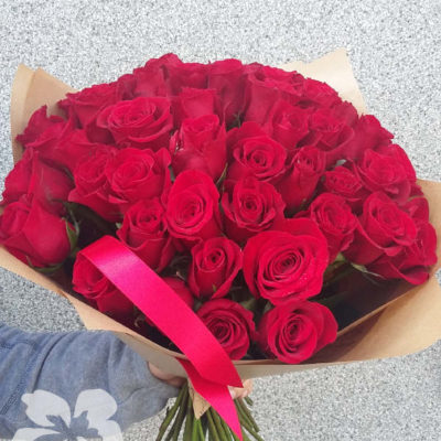 50 short red roses