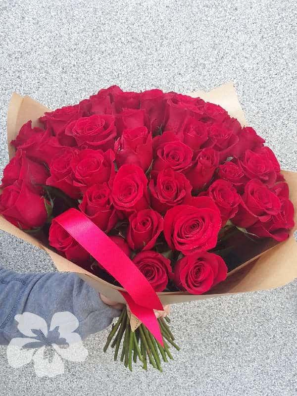 50 коротких красных роз