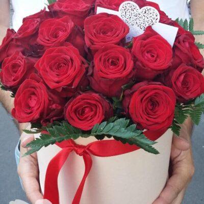 30 красных роз в коробке