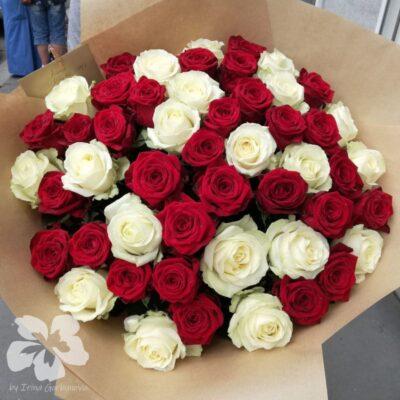 Mix červených a bílých růží